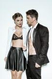 Sexiga par i modedress som visar upp kroppar Arkivfoton