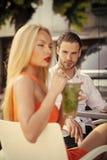 Sexiga par lycklig kvinna Sexiga par som är förälskade i det utomhus- kafét Arkivbild