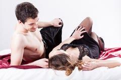 Sexiga par som ligger i säng Royaltyfri Fotografi