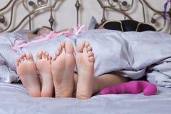 Sexiga par som ligger i säng Fotografering för Bildbyråer