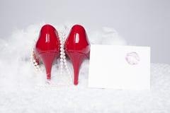 Sexiga röda pumpar med läppstiftkyssen Royaltyfria Bilder