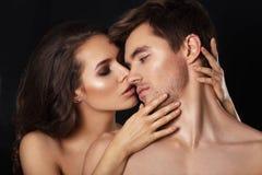 Sexiga skönhetpar Kyssande parstående Sinnlig brunettkvinna i underkläder med den unga vännen, passionerat par Fotografering för Bildbyråer