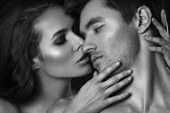 Sexiga skönhetpar Kyssande parstående Sinnlig brunettkvinna i underkläder med den unga vännen, passionerat par Arkivfoto