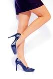 sexiga skor för eleganta ben arkivfoto