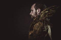Sexiga Steampunk, manskägg och dräkt som göras med guld- vingar royaltyfri fotografi