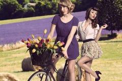 Sexiga tappningflickor med cykeln Royaltyfri Fotografi