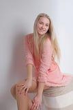 Sexigt blont i rosa färgklänning studio Vertikalt foto Royaltyfria Foton