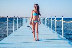 Sexigt flickaanseende på päron- och innehavdykningutrustningen royaltyfri foto