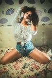 Sexigt flickafoto i jeans hemma Royaltyfria Foton