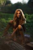 Sexigt flickasammanträde loggar på Royaltyfri Fotografi
