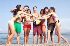 Sexigt folk på stranden royaltyfria bilder