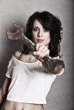 Sexigt hjälpmedel för skruvnyckel för flickainnehavskiftnyckel Royaltyfri Bild