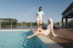 Koppla ihop poolsiden royaltyfri fotografi