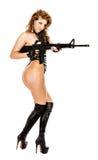 Sexigt kvinnligt med geväret Arkivbilder