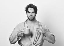 Sexigt macho i badrock med rånar det perfekta tecknet för visningen Fotografering för Bildbyråer