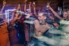 Sexigt macho på dansgolv fotografering för bildbyråer