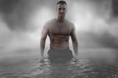 Sexigt manligt anseende i vattnet royaltyfri foto