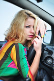 Sexigt modeflickasammanträde i en bil Royaltyfria Bilder