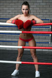 Sexigt posera för brunett som är topless i boxningsring Arkivbild
