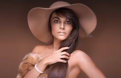 Sexigt posera för brunettflicka Royaltyfria Bilder