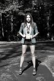 Sexigt posera för flicka som är utomhus- Arkivfoto