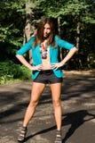 Sexigt posera för flicka som är utomhus- Royaltyfria Foton