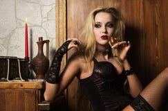 sexigt spela vamp kvinnan Royaltyfria Bilder