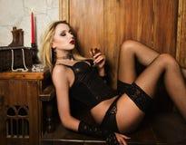 sexigt spela vamp kvinnan Arkivfoto