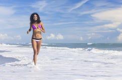 Sexigt spring för bikinikvinnaflicka på strand Arkivbilder
