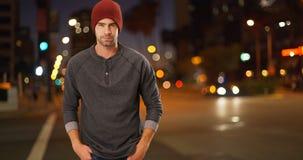 Sexigt stads- millennial anseende bredvid gatan på natten Arkivbilder