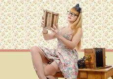 Sexigt stift upp flicka med den gamla wood fotokameran Arkivbilder