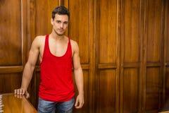 Sexigt stiligt anseende för ung man mot garderob arkivfoto