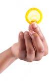 Sexkonzept. Afrikanische Frau Hand mit Kondom Stockbild
