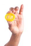 Sexkonzept. Afrikanische Frau Hand mit Kondom Lizenzfreies Stockfoto