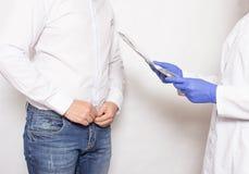 Sexologist psycholog trzyma rozmowę z męskim pacjentem o plciowych problemach i wzrastać męskiego członka zdjęcie royalty free