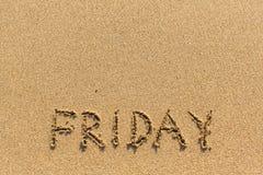 Sexta-feira - inscrição à mão na areia amarela da praia Curso Fotos de Stock Royalty Free