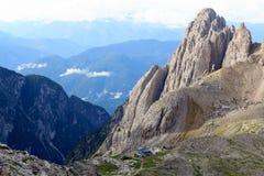 Sexten-Dolomit-Bergpanorama und alpine Hütte Rifugio Carducci in Süd-Tirol Lizenzfreies Stockfoto