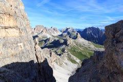Sexten-Dolomitpanorama mit Bergen Birkenkofel, Haunold und Toblinger Knoten und alpine Hütte Dreizinnenhutte in Süd-Tirol Stockfoto