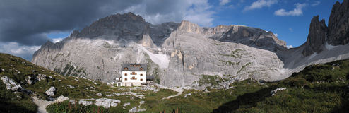 Sextener dolomite: Zsigmondy mountain hut Stock Photography