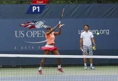 Sexton Serena Williams för mästare för storslagen Slam för tider övningar för US Open 2013 med hennes lagledare Patrick Mouratoglo Arkivfoton