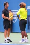 Sexton Serena Williams för mästare för storslagen Slam för tider övningar för US Open 2014 med hennes lagledare Patrick Mouratogl Arkivfoton