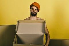 Sexualitet och byggnadsbegrepp: man som står naken med den tomma asken royaltyfri fotografi
