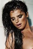 Sexuell brunettkvinna med nära ögon. Arkivfoto