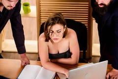 Sexuell dragning Stimulera sexuell lust Stora klantskallar för sexig flicka som arbetar i mestadels den manliga arbetsplatsen Öns royaltyfri foto