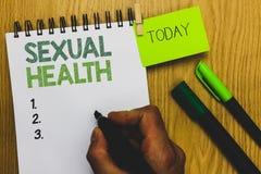 Sexuell hälsa för ordhandstiltext Affärsidé för innehavet mars för man för positiva förhållanden för liv för mer sund kropp det s arkivfoto