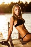Sexuell kvinna som garvar på stranden arkivfoto