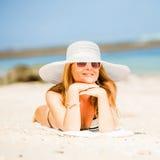 Sexuell lycklig blond flicka med solglasögon och vit Arkivfoto