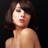 Sexuell makeupkvinna med röda sexiga kanter och brunt hår för kortslutning royaltyfri fotografi