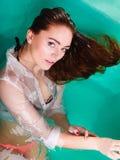 Sexuell posera kvinna i vatten Royaltyfri Bild