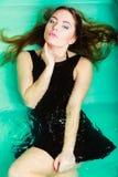 Sexuell posera kvinna i vatten Arkivfoto